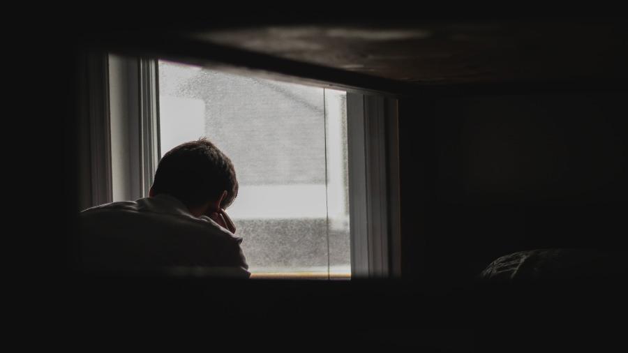 einsam am Fenster
