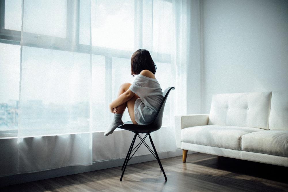 frau auf stuhl einsam allein